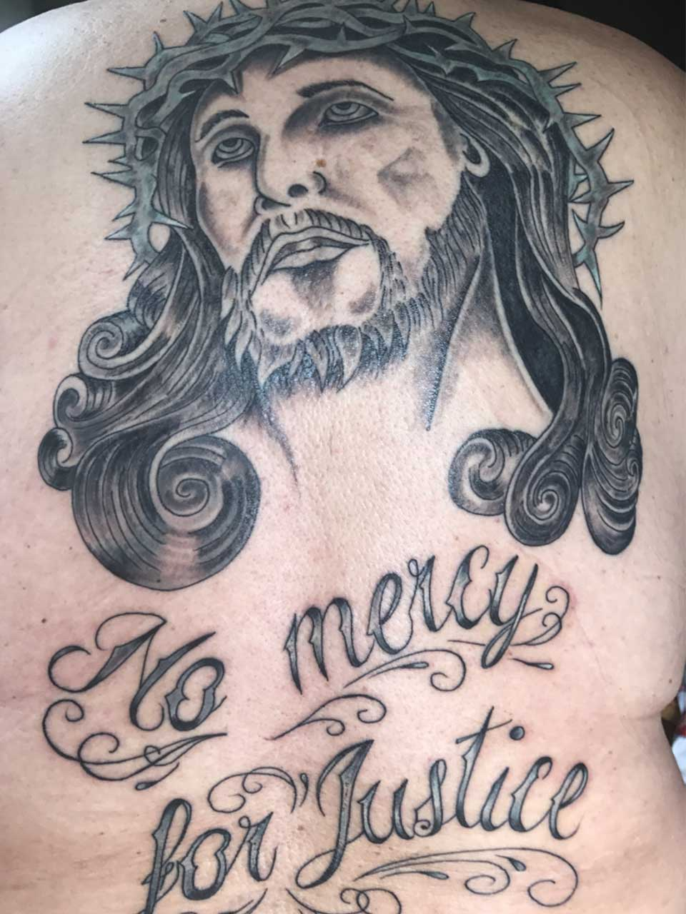 DALLAS ET TARZAN TATTOO TATOUAGE CHRIST DOS